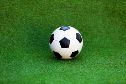 ballon-de-football-sur-le-terrain-de-football_49043-417