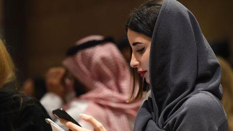 une-spectatrice-de-la-premiere-fashion-week-organisee-en-arabie-saoudite-le-10-avril-2018-a-riyad_6042630.jpg