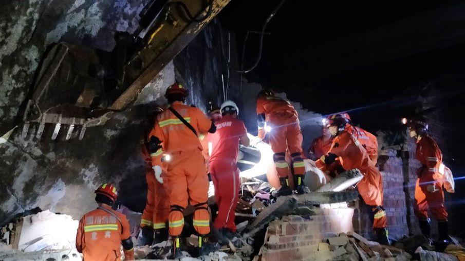 des-equipes-de-secours-recherchent-des-survivants-dans-les-decombres-d-immeubles-apres-un-puissant-seisme-le-18-juin-2019-a-yibin-dans-la-province-chinoise-du-sichuan_6190812.jpg